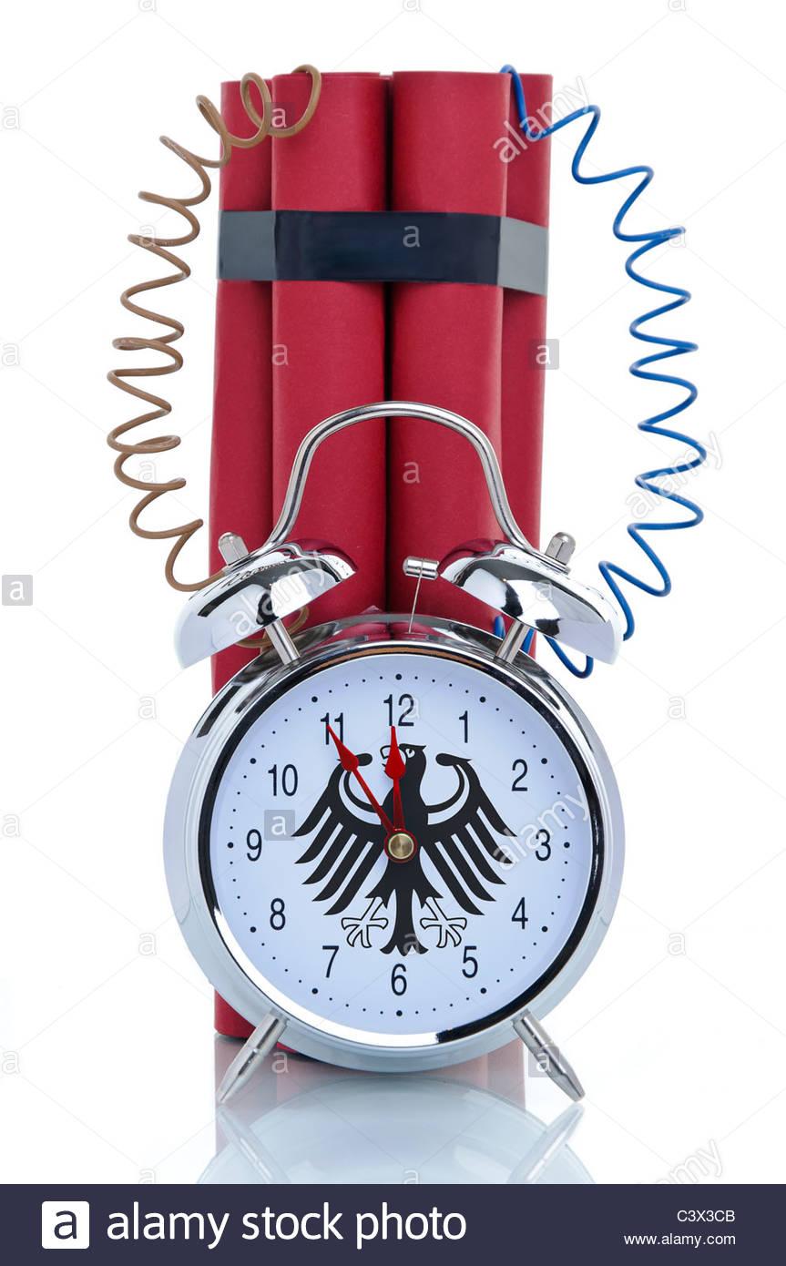 Bomba, orologio sveglia con attaccata la dinamite bastoni e la Germania federale Eagle sul suo orologio Immagini Stock