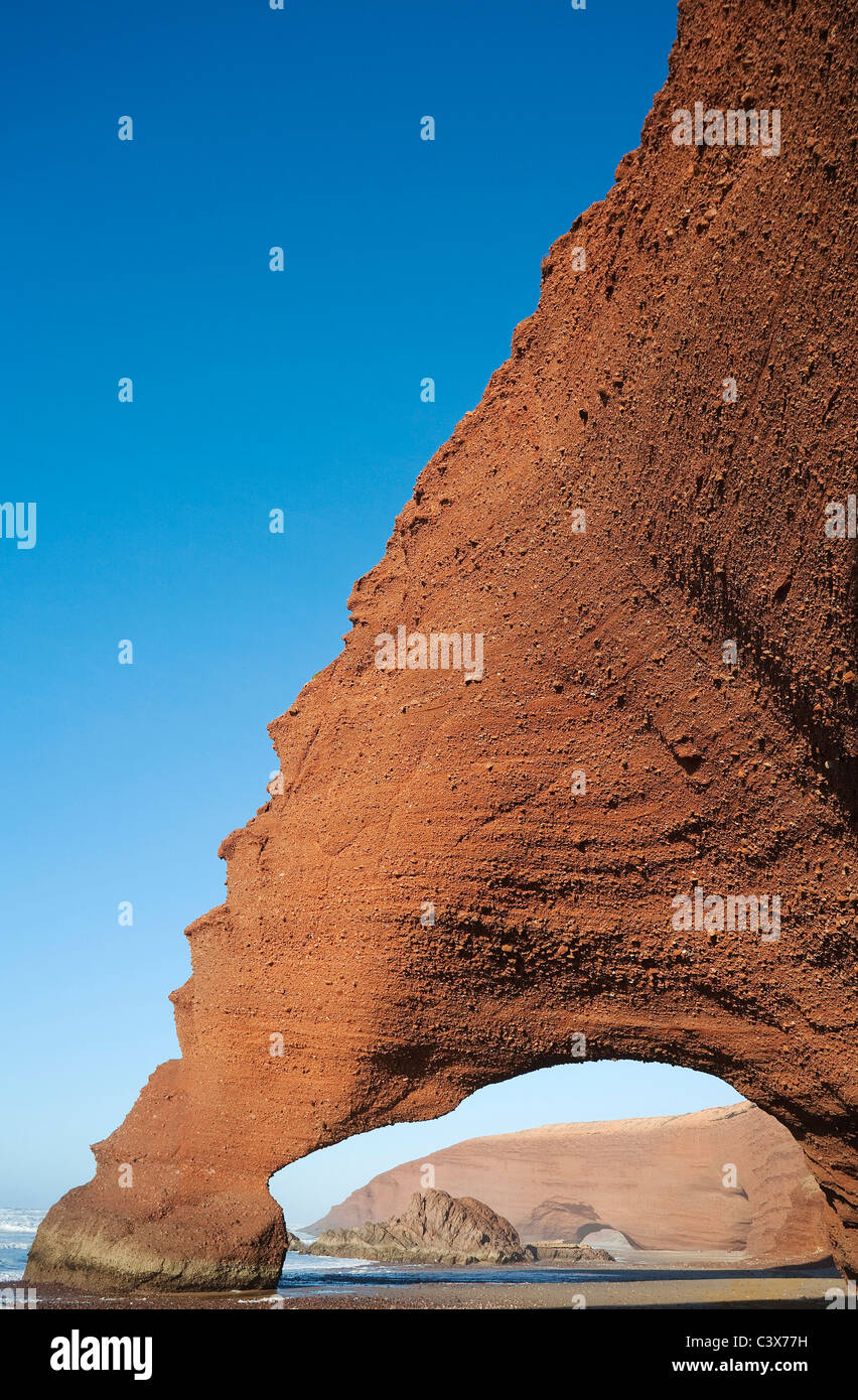 Archi di roccia sulla spiaggia di Legzira sull'Oceano Atlantico, a 11 km a nord della città di Sidi Ifni nel sud Foto Stock