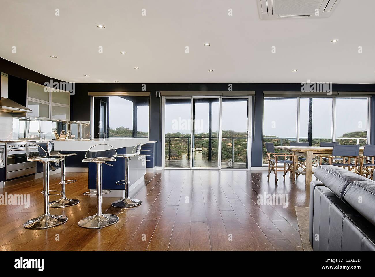 Ampia vista di un lussuoso spazio soggiorno. Cucina, sala da pranzo ...
