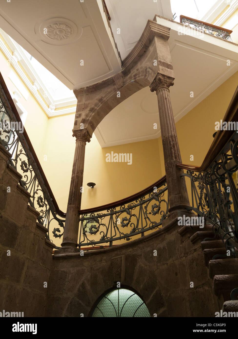 La scala nel Centro Cultural Metropolitano, Quito Immagini Stock