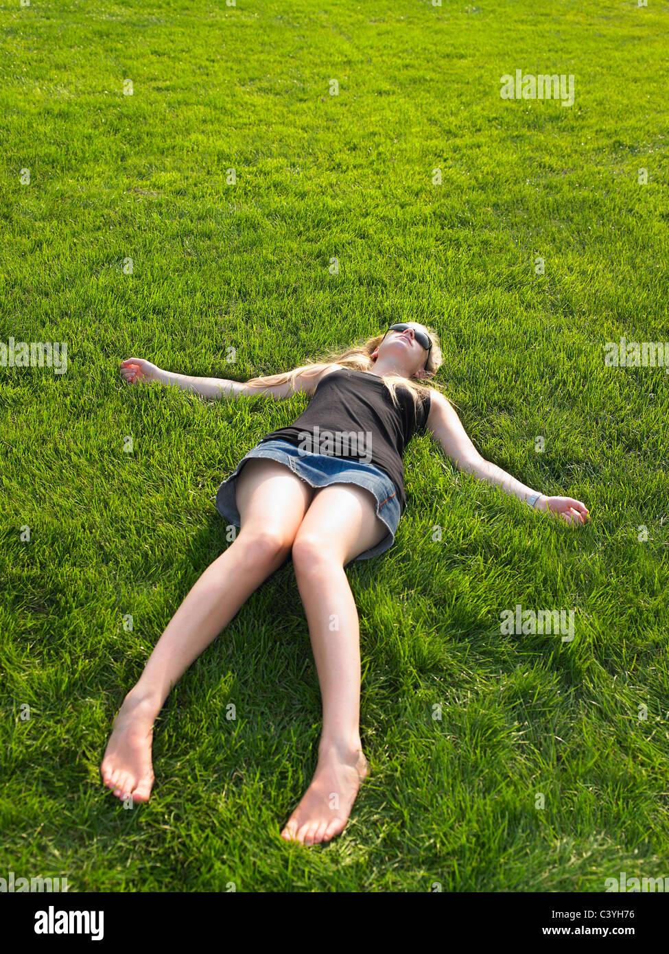 La donna a central park, godendo della vista Immagini Stock