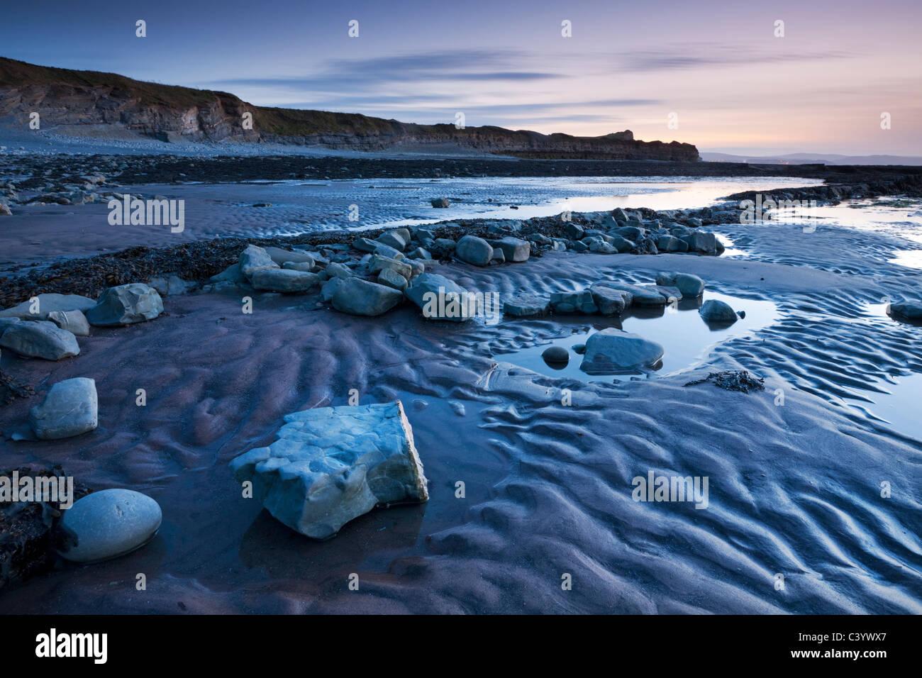 Twilight a Kilve Beach in Quantocks, Somerset, Inghilterra. Molla (aprile 2011). Immagini Stock