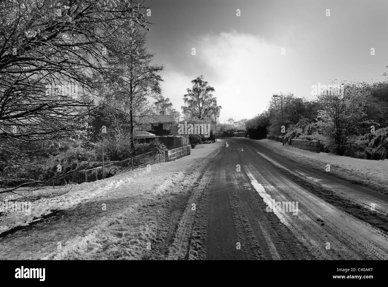 Strade ghiacciate. Nero/bianco fotografia di Guttridge Lane, Tadley, Hampshire, Inghilterra, UK, Regno Unito Immagini Stock