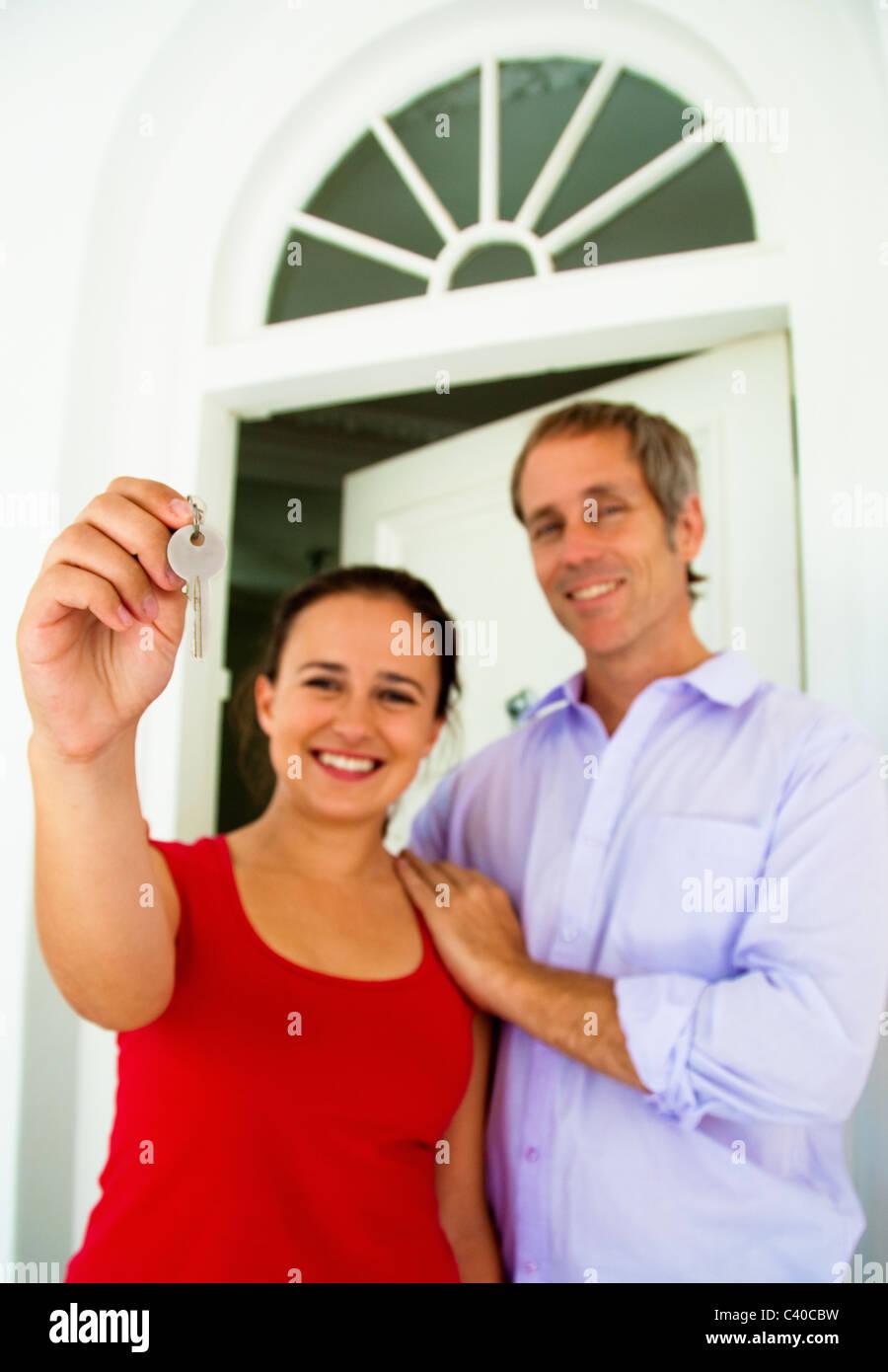 Giovane tenere chiave di casa Immagini Stock