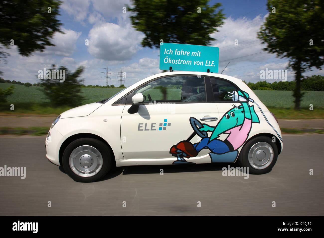 Auto elettrica alimentata da un motore elettrico, utilizzando l'energia immagazzinata nelle batterie. Fiat 500 Immagini Stock