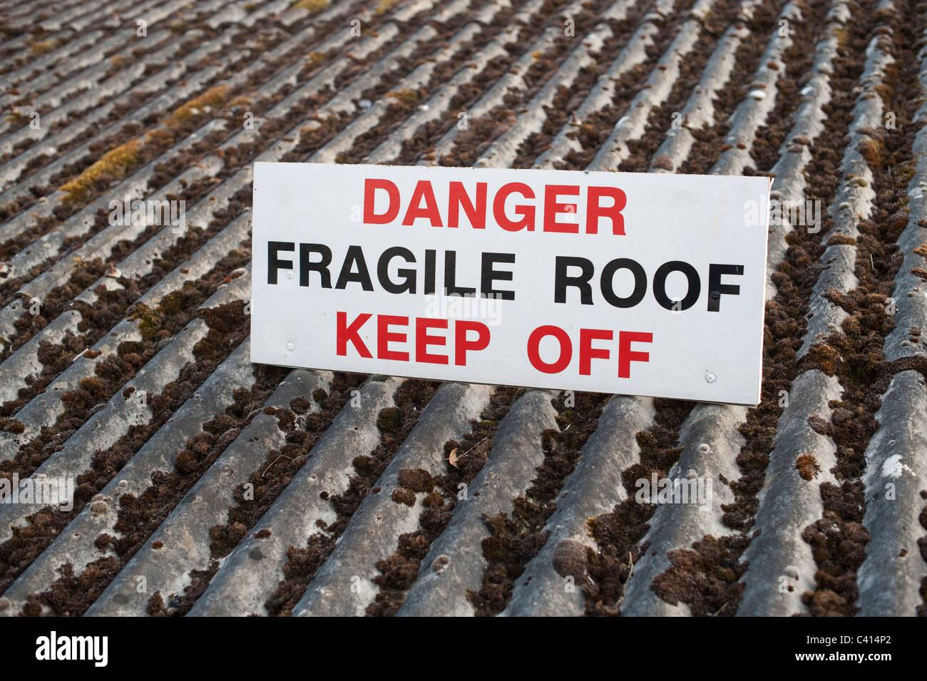 Pericolo tetto fragile tenere spento segno regno unito Immagini Stock
