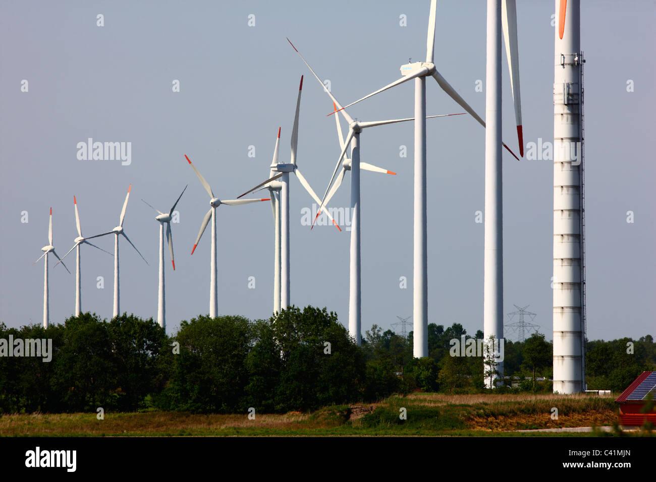 Parco eolico lungo l'autostrada A 31vicino a Rhede, Germania. Immagini Stock