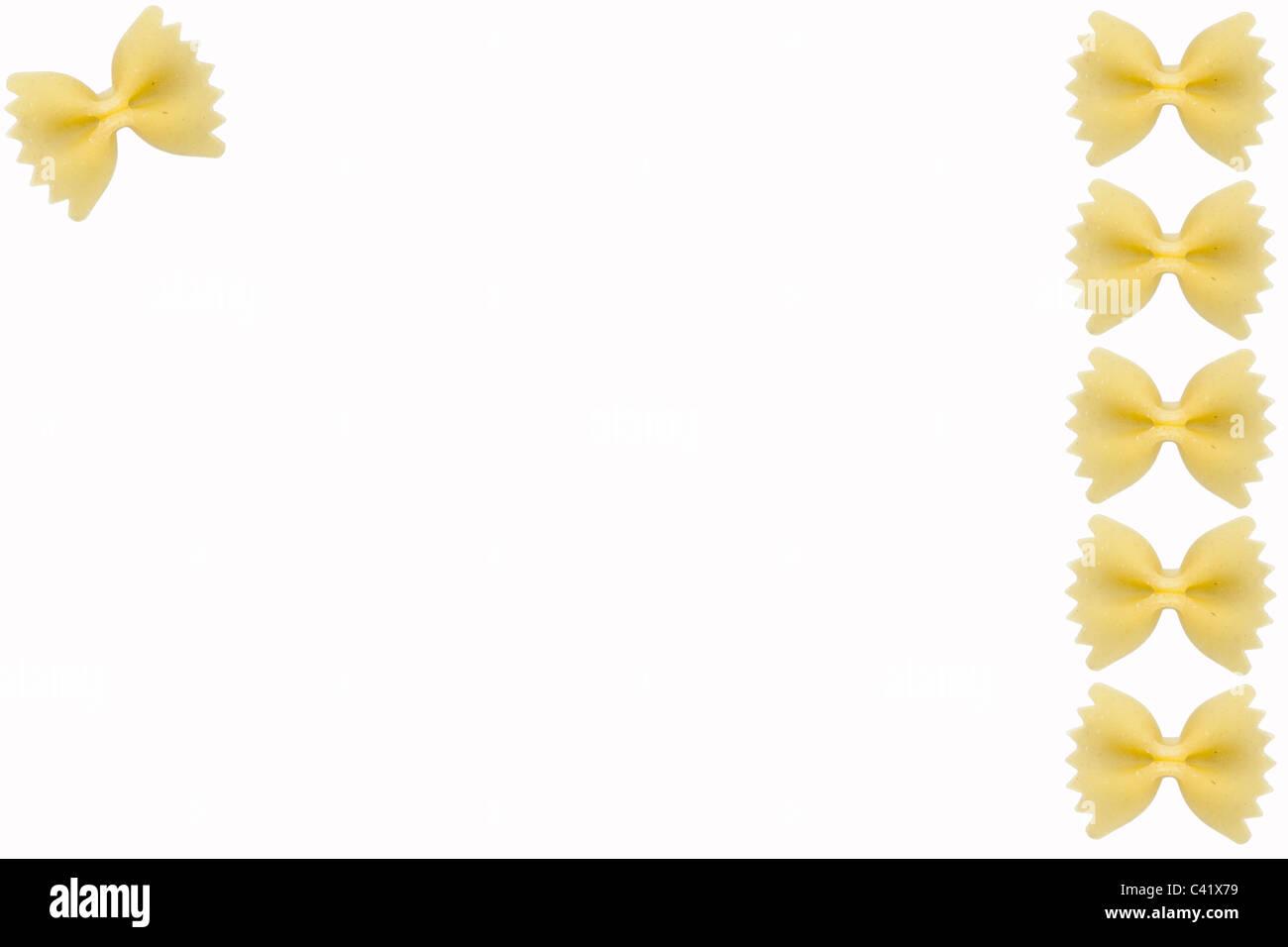 Paste alimentari non cotte su sfondo bianco Immagini Stock