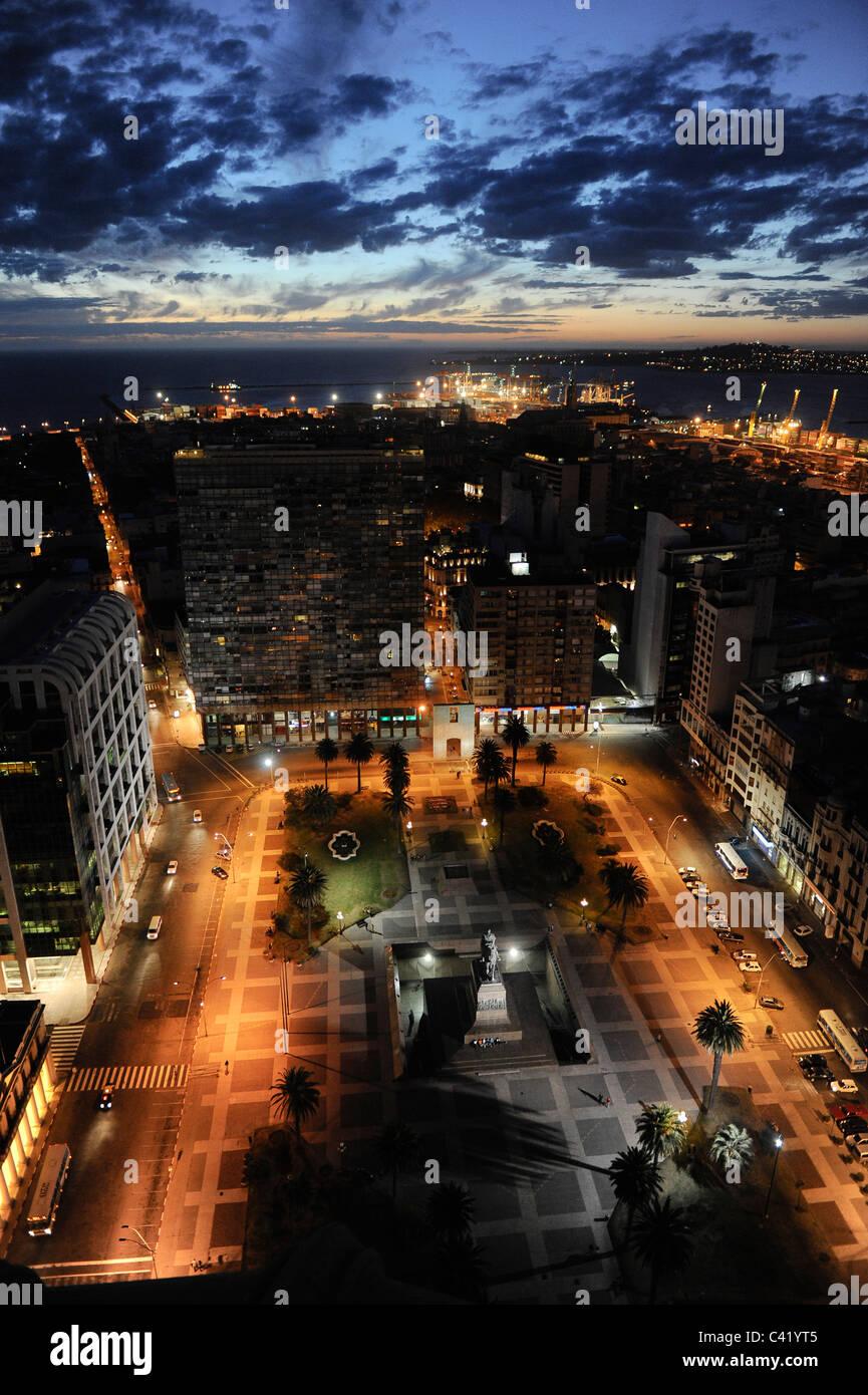 URUGUAY Montevideo vista dal Palacio Salvo a Plaza de Independencia al Porto di Rio del la Plata Immagini Stock
