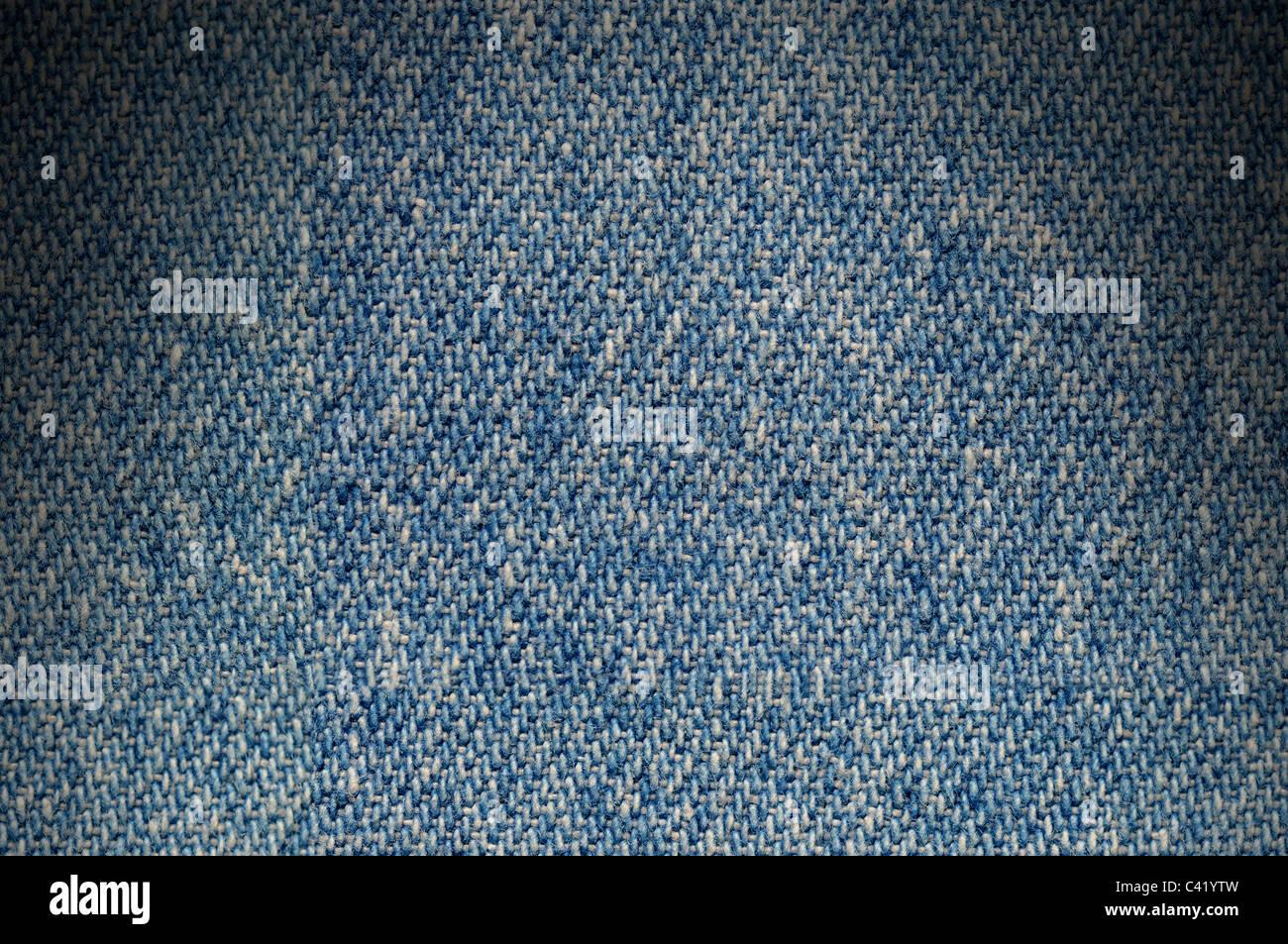 Blu Denim Tessuto texture di sfondo drammaticamente illuminati dal di sopra Immagini Stock
