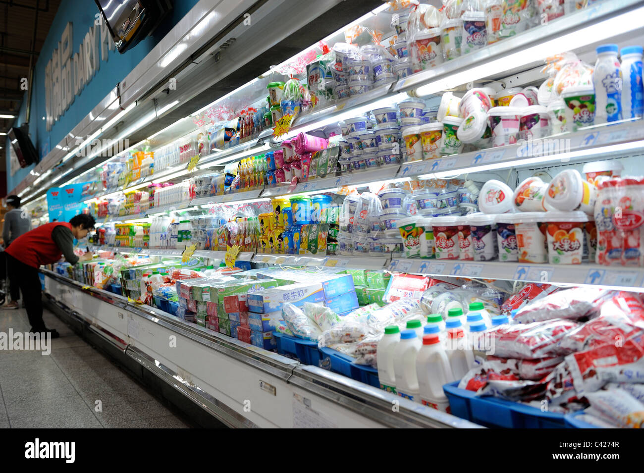 I prodotti lattiero-caseari sono in vendita presso un supermercato Wumart a Pechino in Cina. 28-Maggio-2011 Immagini Stock