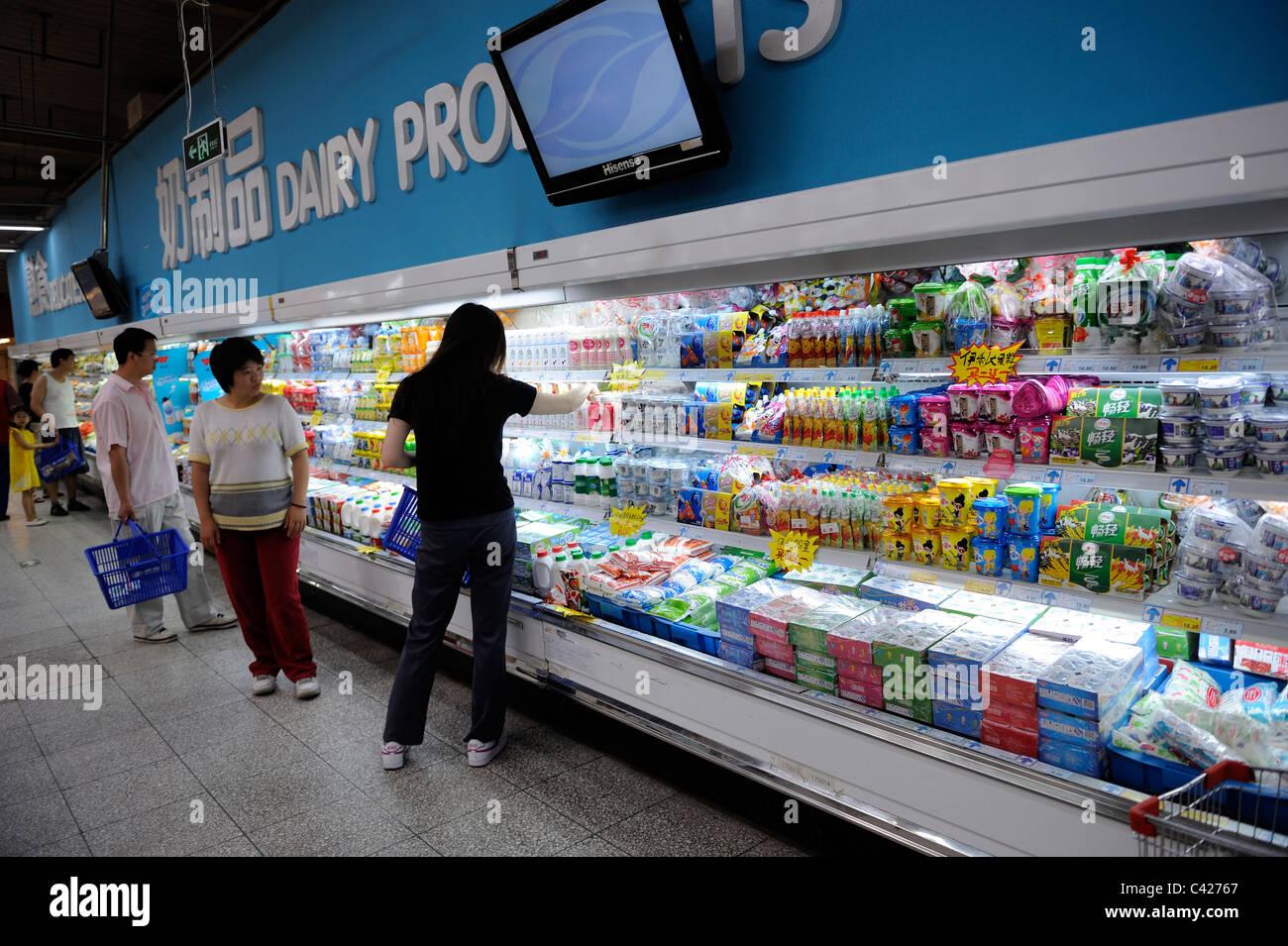 I clienti cinesi acquisto di prodotti lattiero-caseari ad un supermercato Wumart a Pechino in Cina. 28-Maggio-2011 Immagini Stock