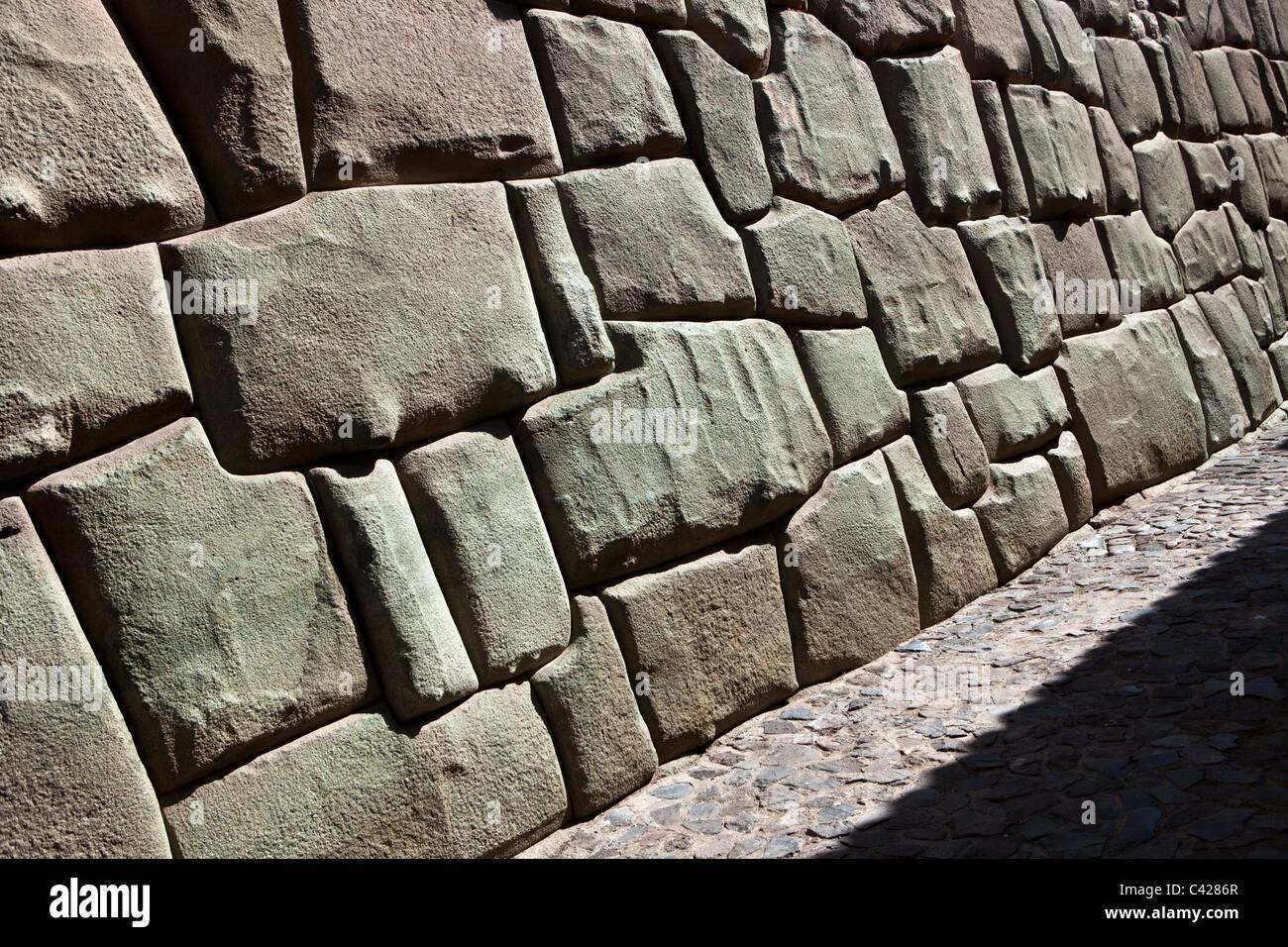 Cuzco, la parete del museo di arte religiosa, prima appartenenti al sesto Inca, Inca Roca. Esempi di muratura poligonale. Immagini Stock