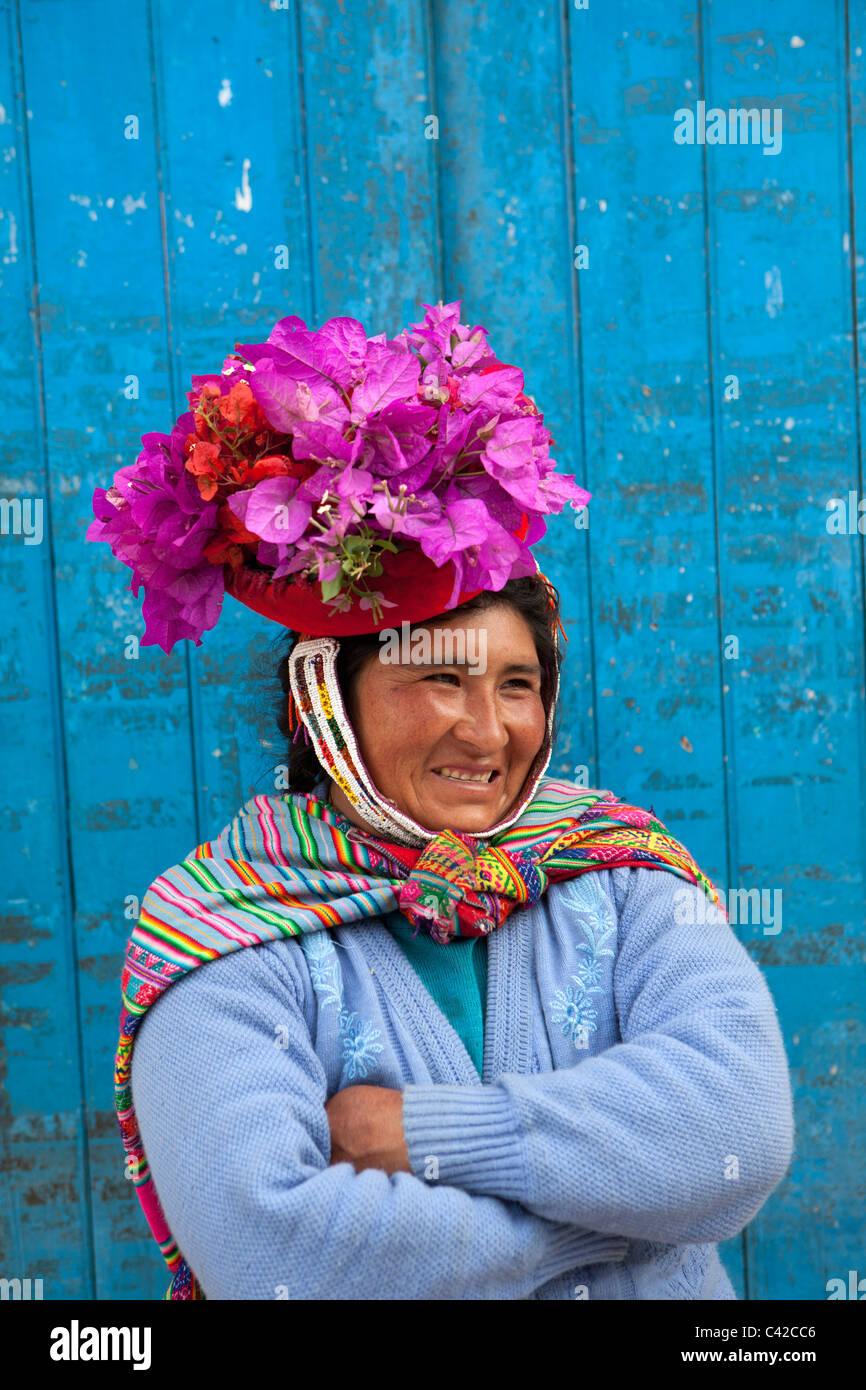 Il Perù, Ollantaytambo, donna indiana con fiori in hat, un Indiano personalizzato. Immagini Stock