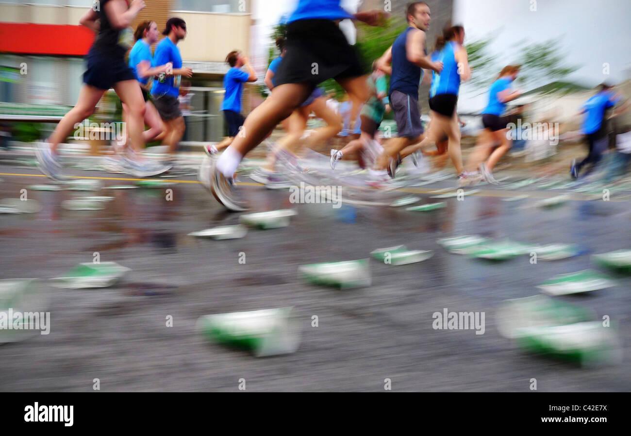 Guide di sfocatura in una maratona gara di corsa, durante la gara di Ottawa weekend. Immagini Stock
