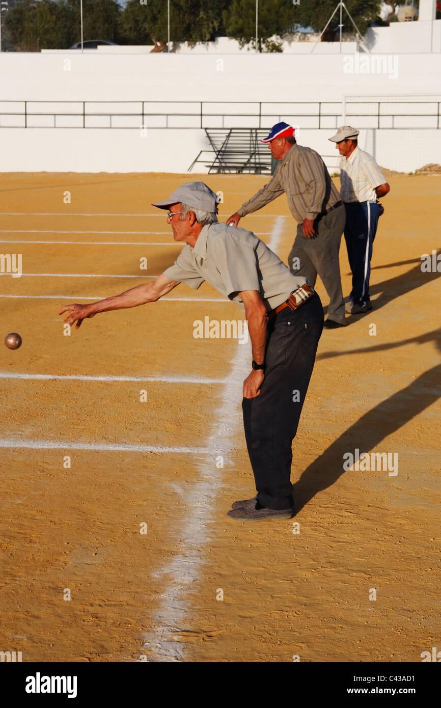 Lo spagnolo uomini giocando Petanca in Andalusia Immagini Stock