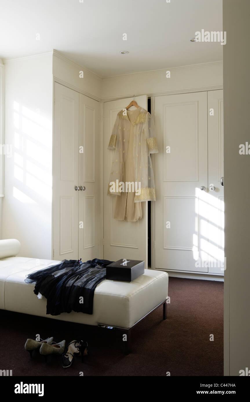 https://c8.alamy.com/compit/c447ha/white-camera-da-letto-con-divano-letto-e-armadi-a-muro-c447ha.jpg