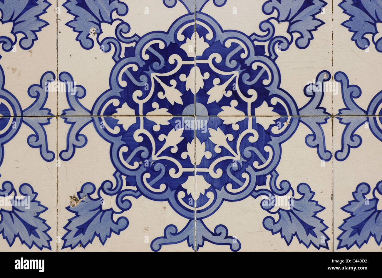 Piastrelle con figure geometriche e motivi vegetali situato nella