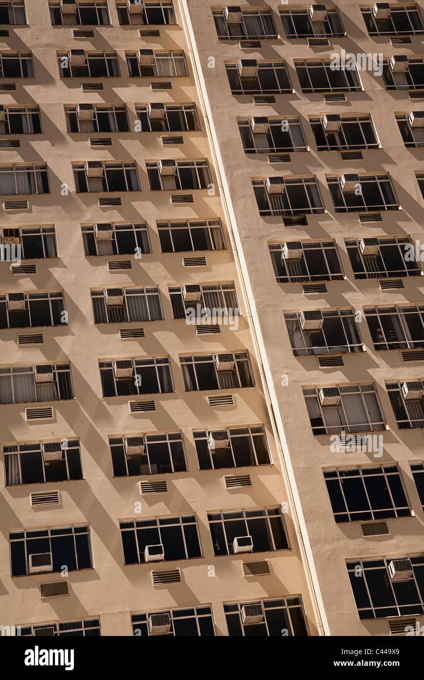 Blocco a torre di appartamenti con aria condizionata su ogni finestra Foto Stock