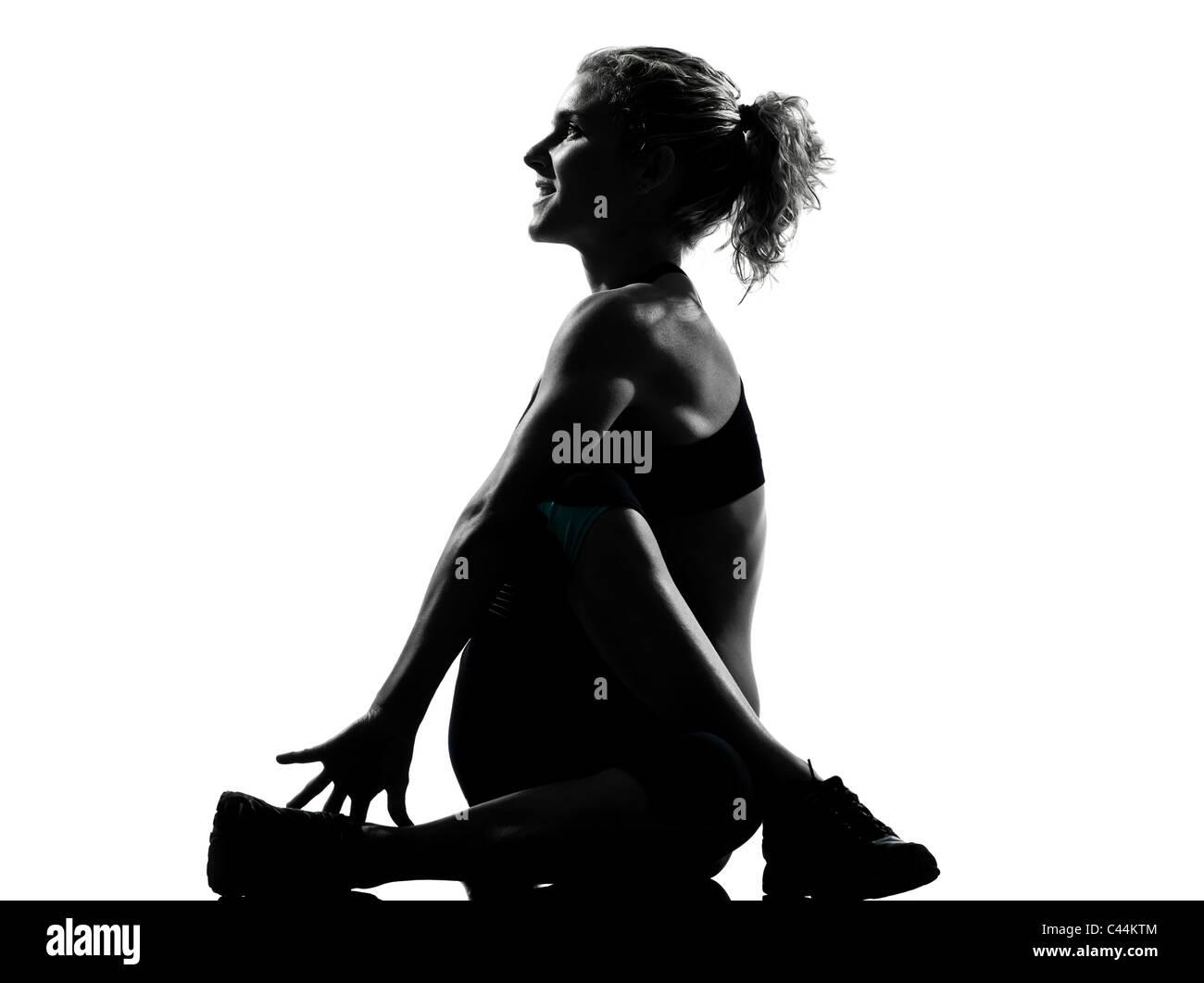 Una donna che esercitano il riscaldamento yoga stretching rotazione postura fitness allenamento aerobico sulla postura Immagini Stock