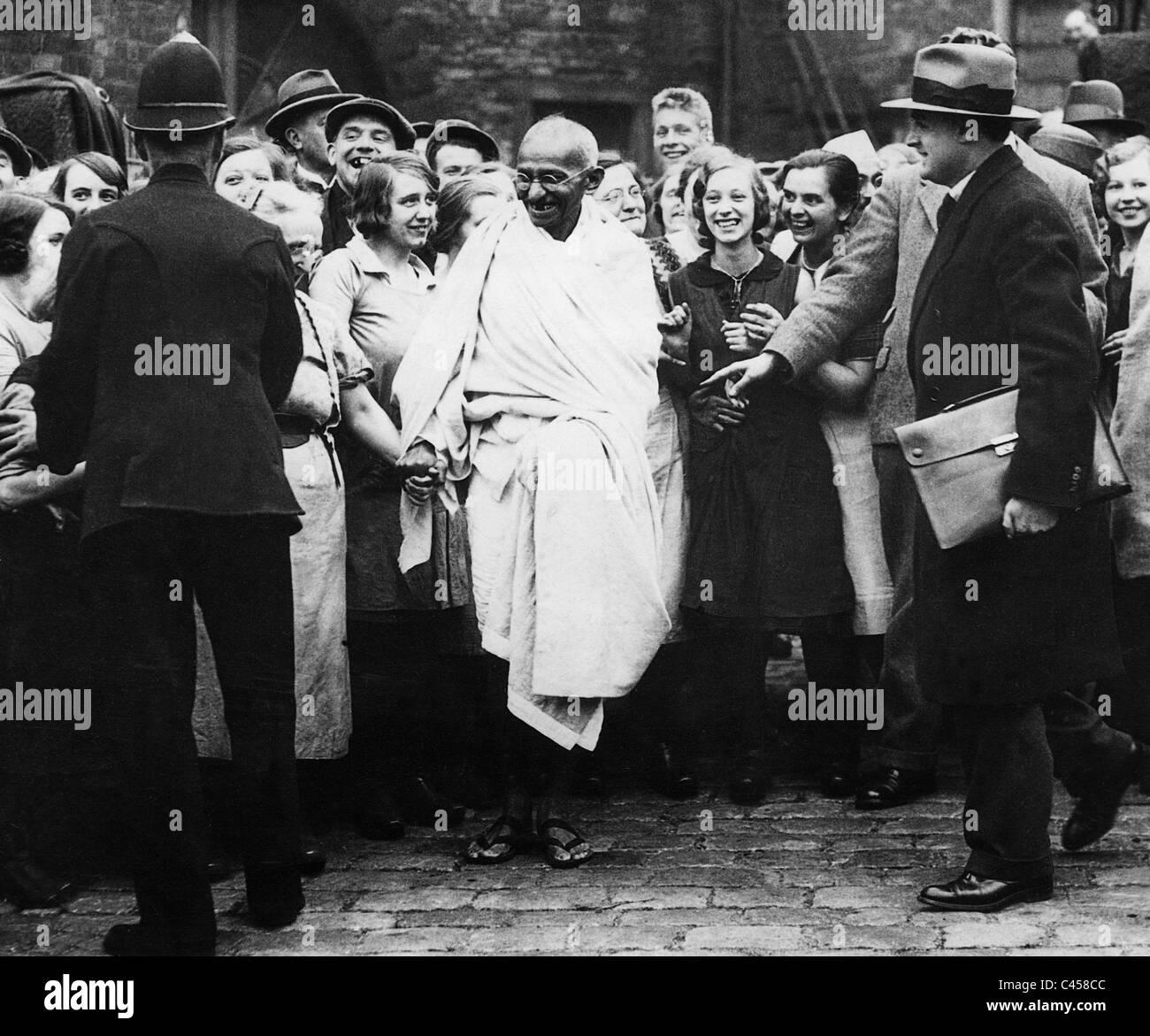 Il Mahatma Gandhi visite dei lavoratori tessili in Lancashire, 1931 Immagini Stock