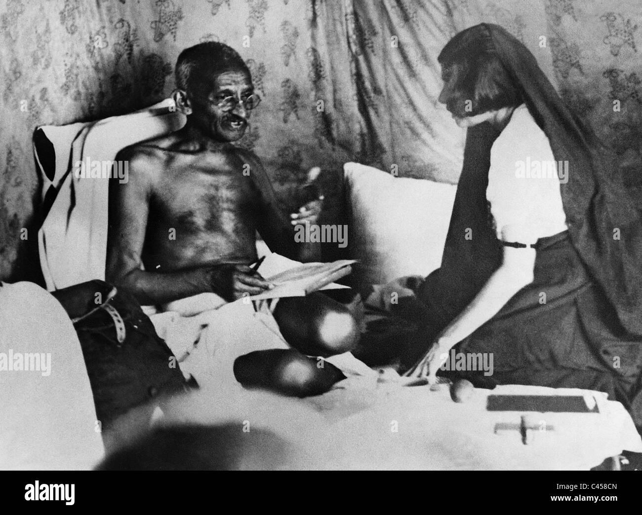 Il Mahatma Gandhi dà la sig.ra Perin direzioni poco prima del suo arresto, 1932 Immagini Stock