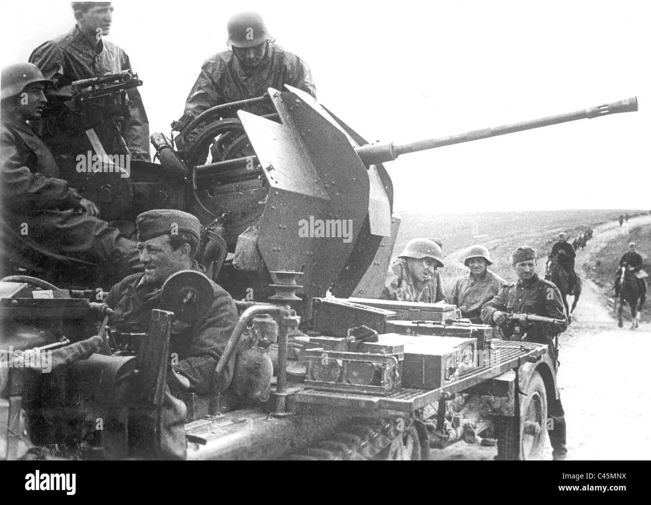Tedesco 2 cm Flak 38 su una strada in Russia Immagini Stock