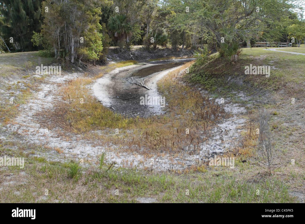 Locale di stoccaggio acqua di stagno asciugata durante la siccità South Florida USA Immagini Stock