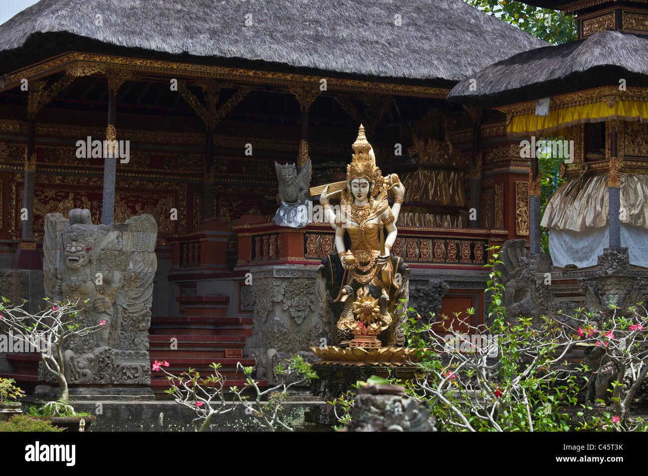 La scultura della divinità Indù a PURA TAMAN SARASWATI - Ubud, Bali, Indonesia Immagini Stock