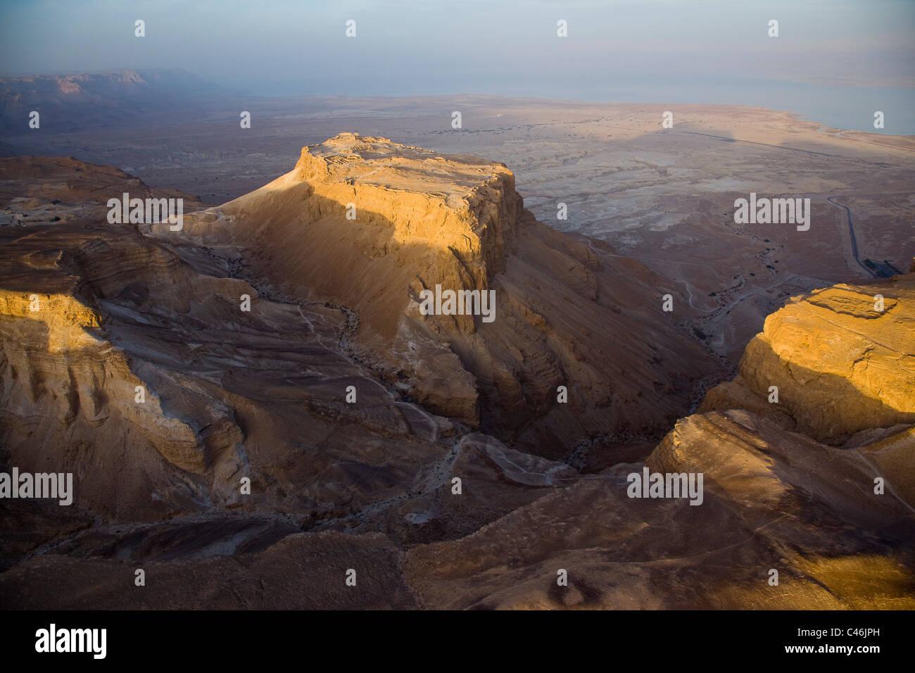 Fotografia aerea delle rovine di uno degli accampamenti romani sud a Masada dal periodo dell'assedio romano Immagini Stock