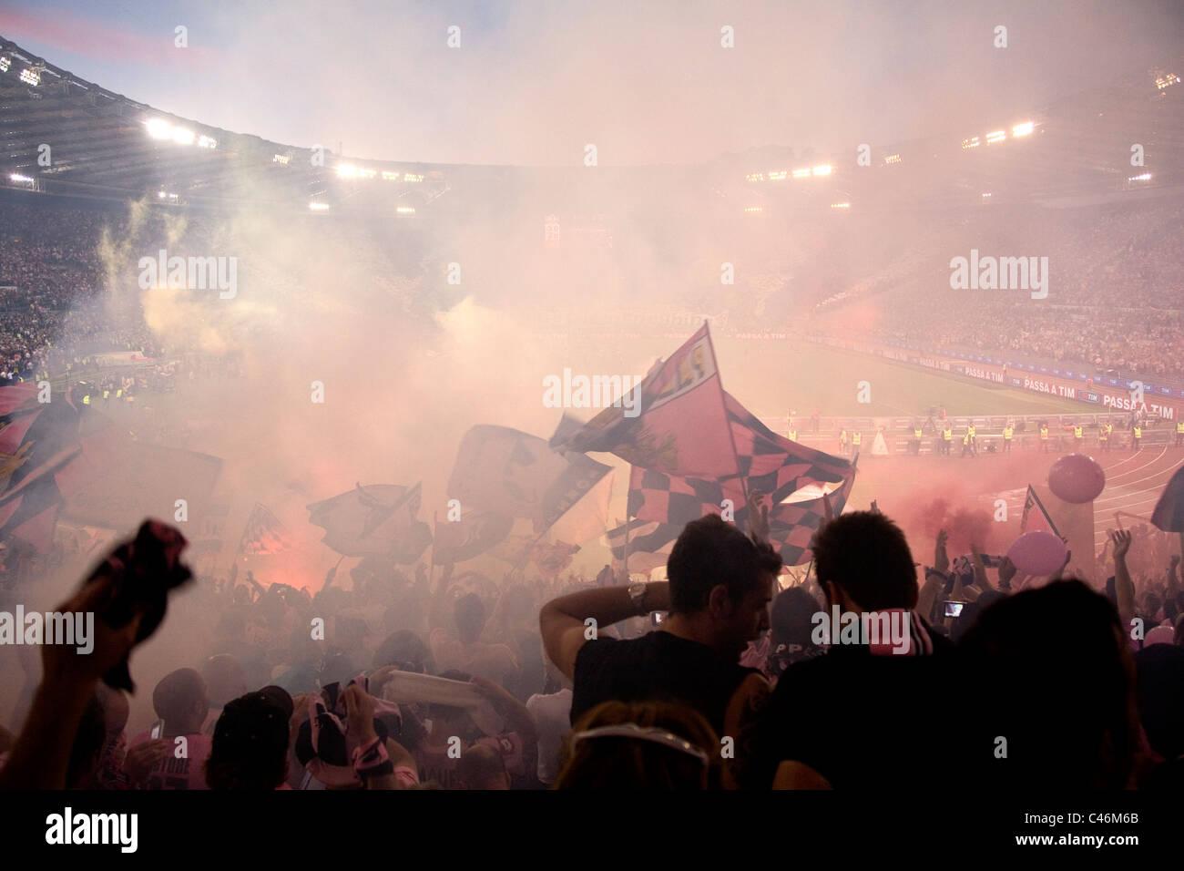 Palermo i tifosi di calcio allo stadio Olimpico di Roma per le finali di Coppa Italia contro Inter e Milan Immagini Stock