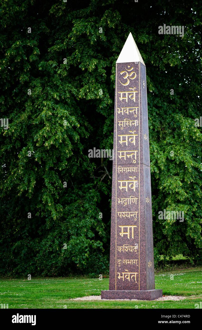 Om e Sanscrito sulla pace Obelisco a Waterperry giardini, Wheatley, Oxfordshire. Regno Unito Immagini Stock