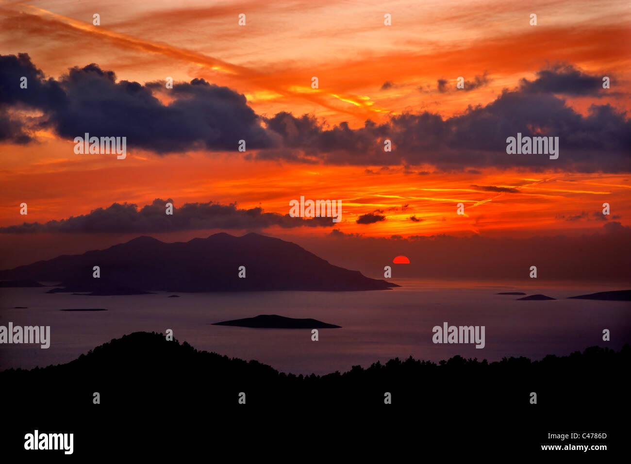Tramonto foto da sudovest Rhodes, vicino al villaggio di Kritinia. La grande isola in background è di Chalki. Dodecanneso, Foto Stock