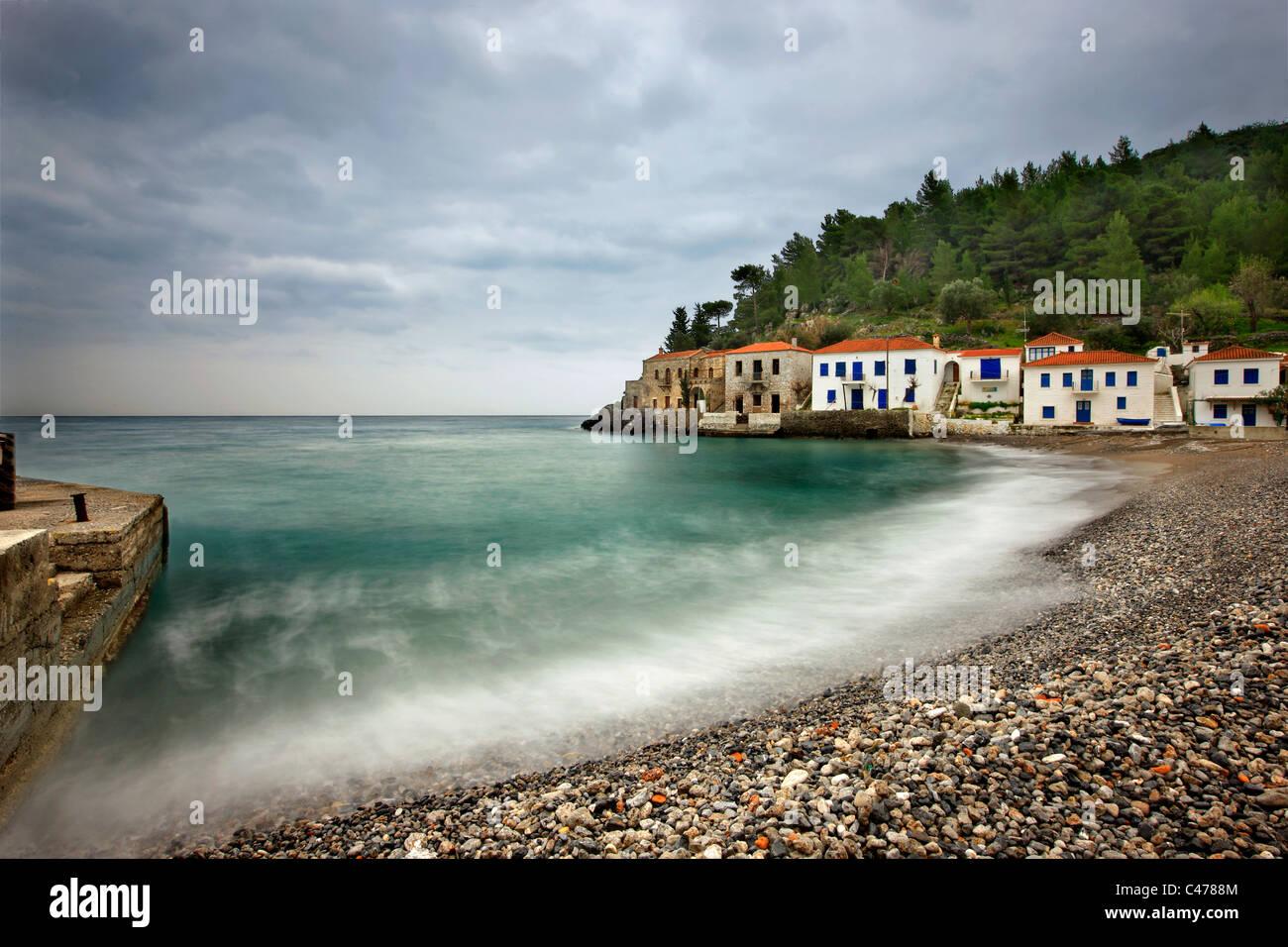 Kyparissi, un bellissimo villaggio sul mare con architettura tradizionale in Laconia prefettura, Peloponneso, Grecia Immagini Stock