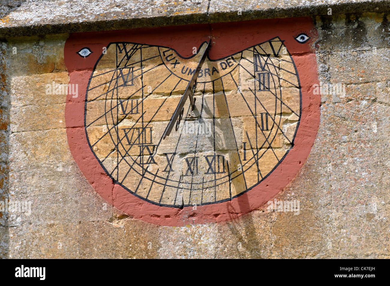 Sun dial on la chiesa di Sant'Andrea Naunton, Gloucestershire, England, Regno Unito Immagini Stock