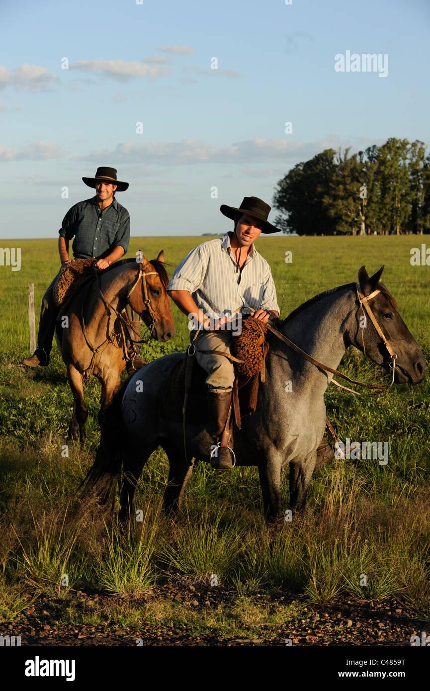 URUGUAY dell agricoltura e dell allevamento , Gauchos a cavallo Immagini Stock