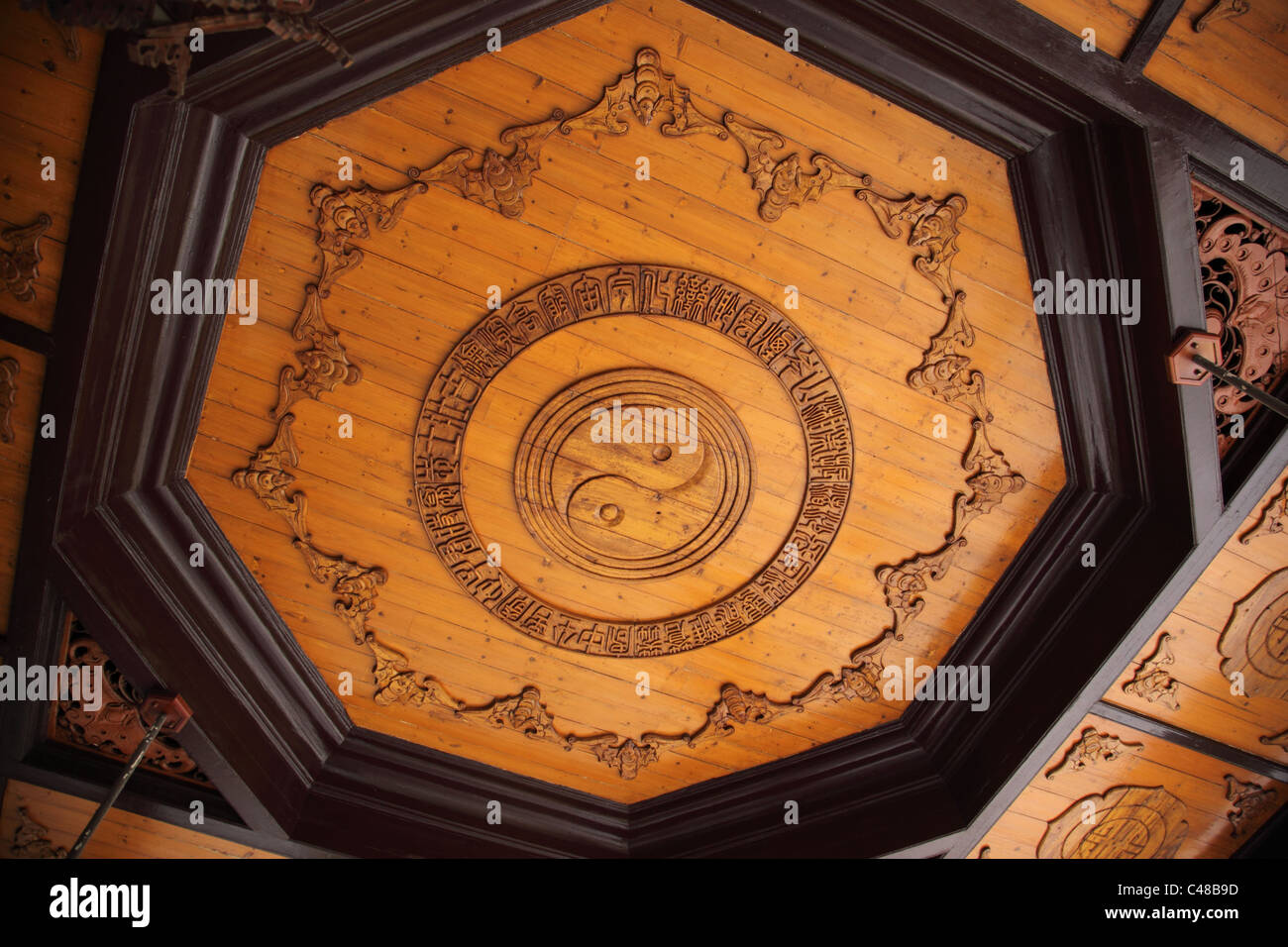 Ying Yang carving tetto presso Accademia Yuelu, Changsha Hunan, Cina Immagini Stock