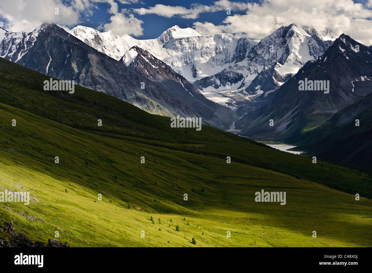 Mt. Belukha, Altai Repubblica, Russia, è la vetta più alta in Siberia. Immagini Stock
