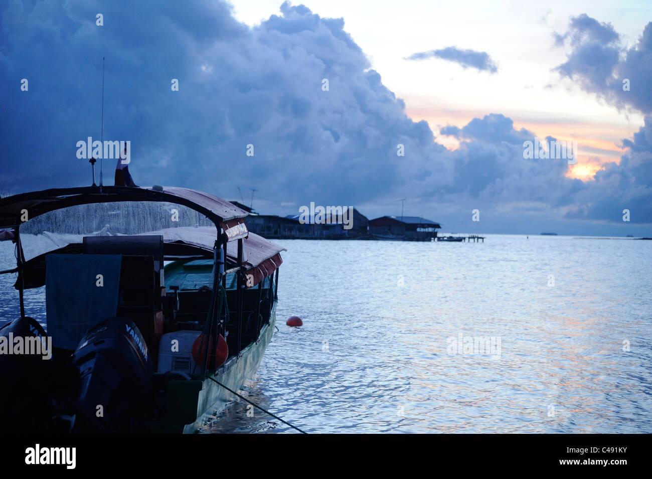 Vista di Darien Gapster barca all'alba, ormeggiata su Nalunega isola nel San Blas arcipelago, Panama Immagini Stock