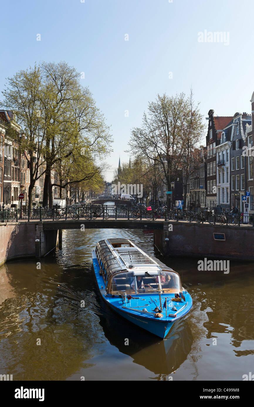 Crociera Turistica sul Leidsegracht canal vicino all'incrocio con il canale Prinsengracht, Grachtengordel, Amsterdam, Immagini Stock