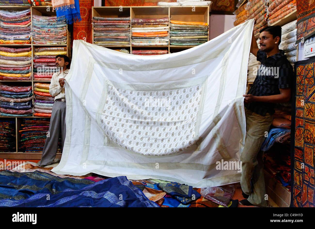 India - Rajasthan - Jaisalmer - all'interno di un negozio di seta in Jaisalmer Fort Immagini Stock