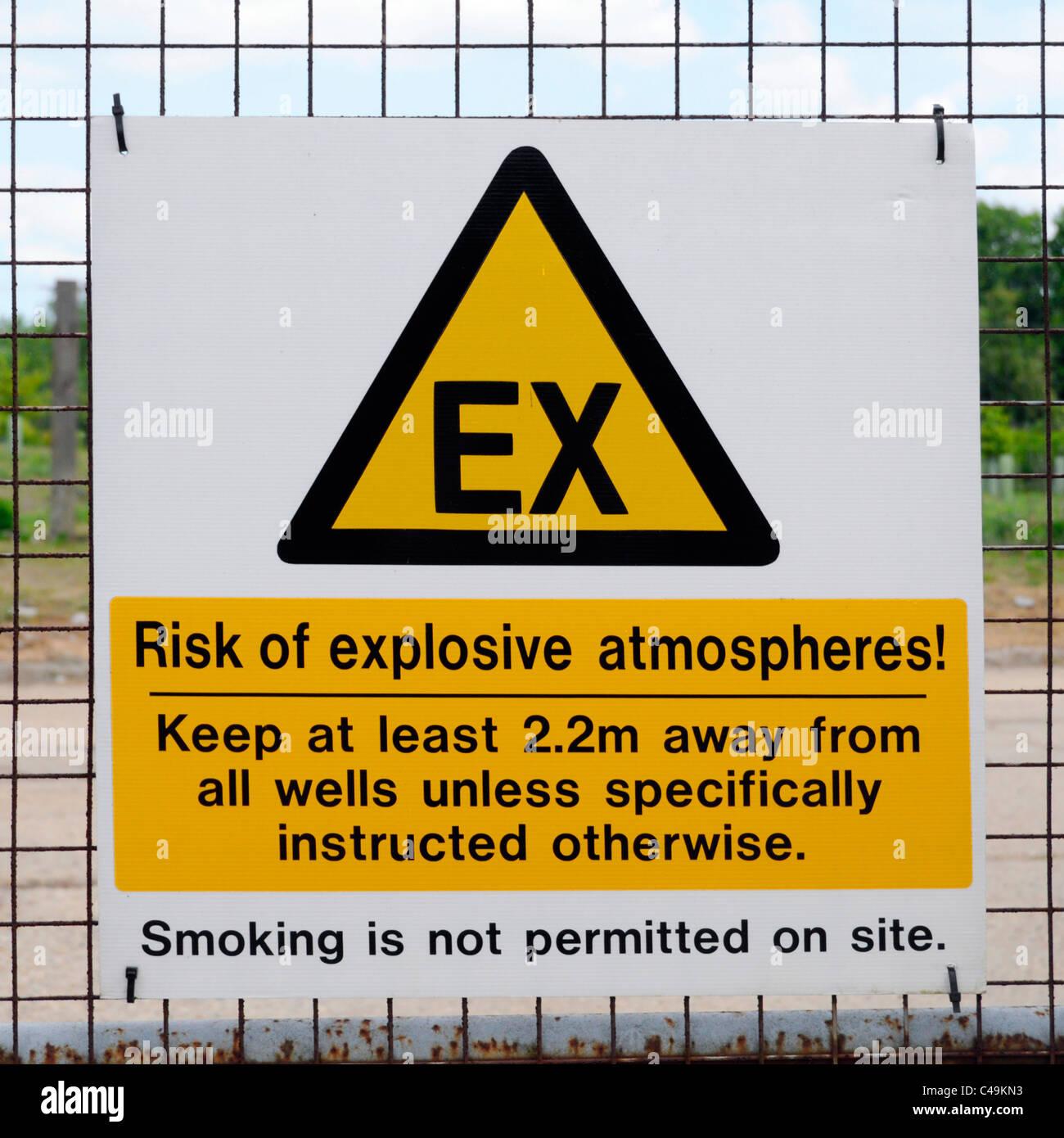 La gestione dei rifiuti di atmosfera esplosiva cartelli di avvertimento sulla discarica chiusa sito dopo il paesaggio Immagini Stock