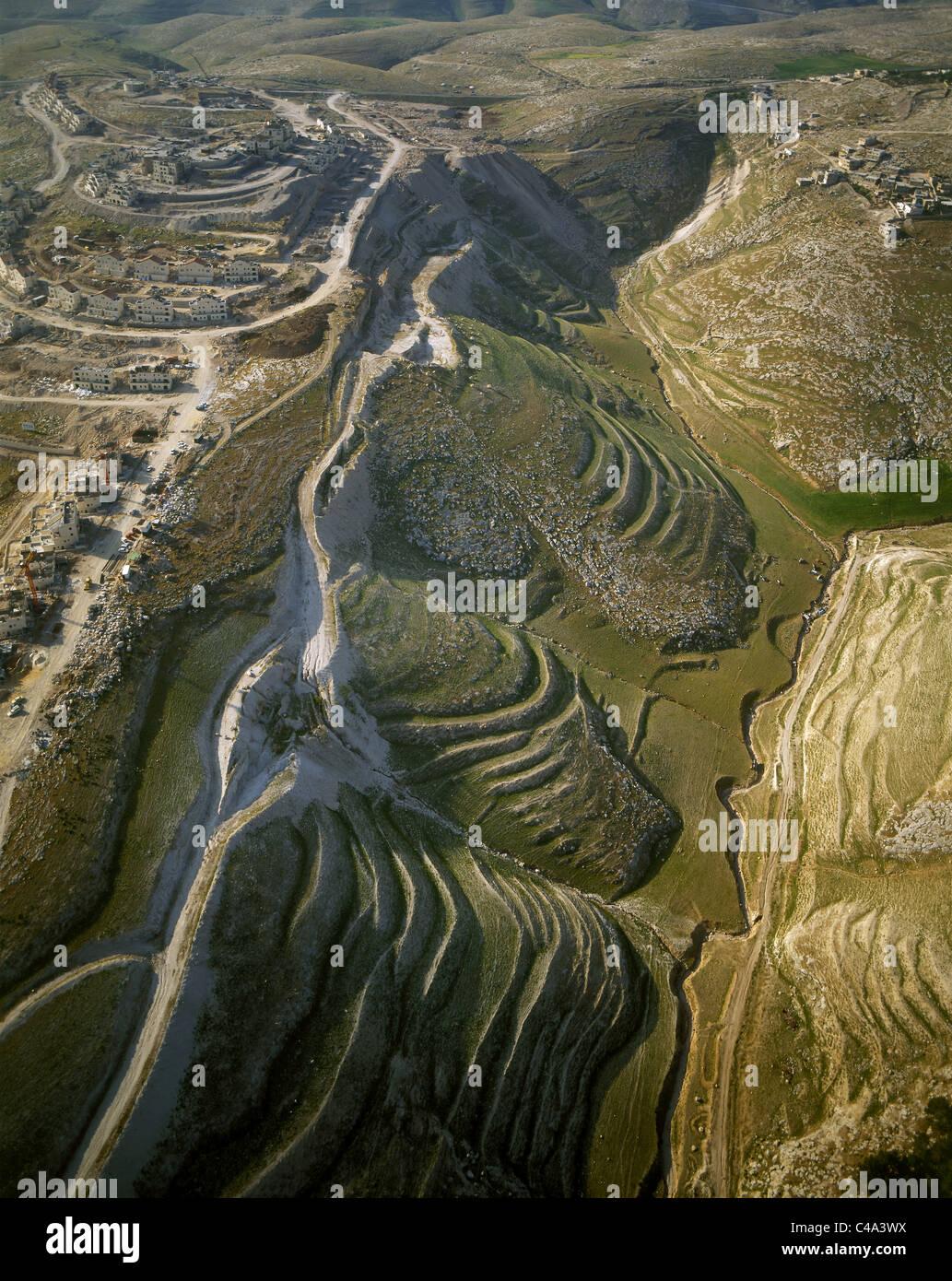 Fotografia aerea di un insediamento israeliano e un villaggio arabo sulle colline di Samaria Immagini Stock