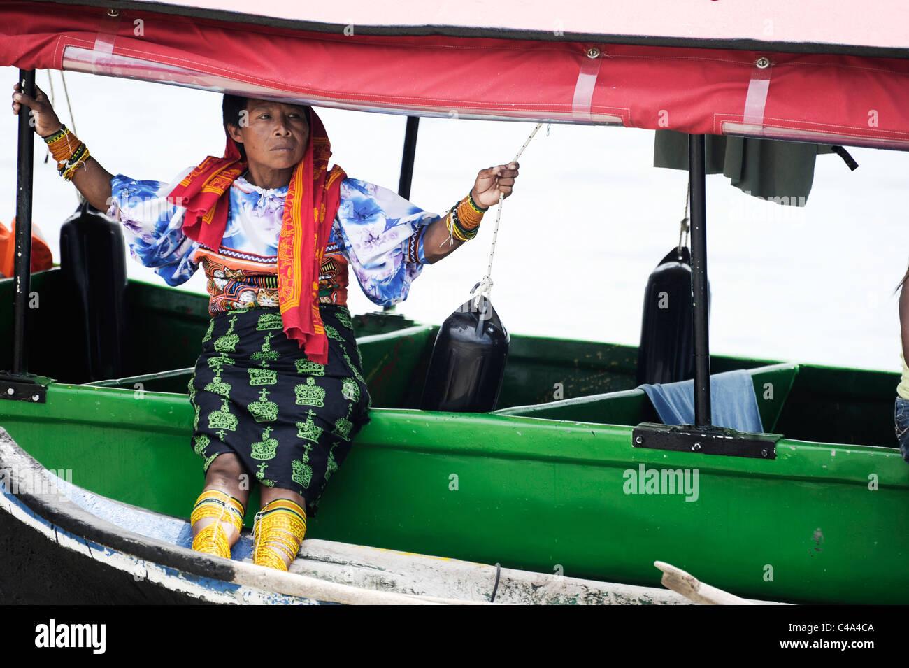 La Kuna signora in abito tradizionale sat sul Darien Gapster motoscafo che offre viaggi unici per le isole San Blas, Immagini Stock