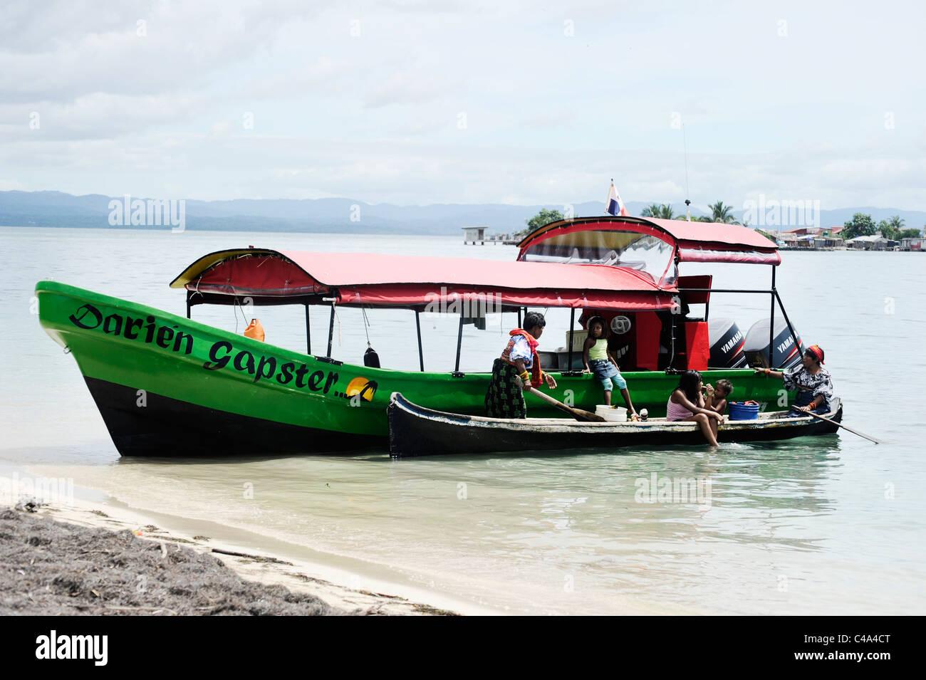 La Kuna famiglia al fianco di Darien Gapster motoscafo che offre viaggi unici per le isole San Blas, Panama Immagini Stock