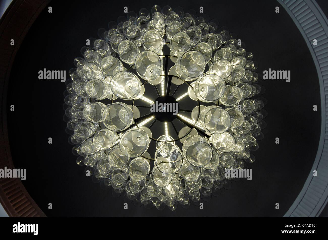 Un lampadario fatto da bicchieri da vino, visto dal di sotto. Immagini Stock