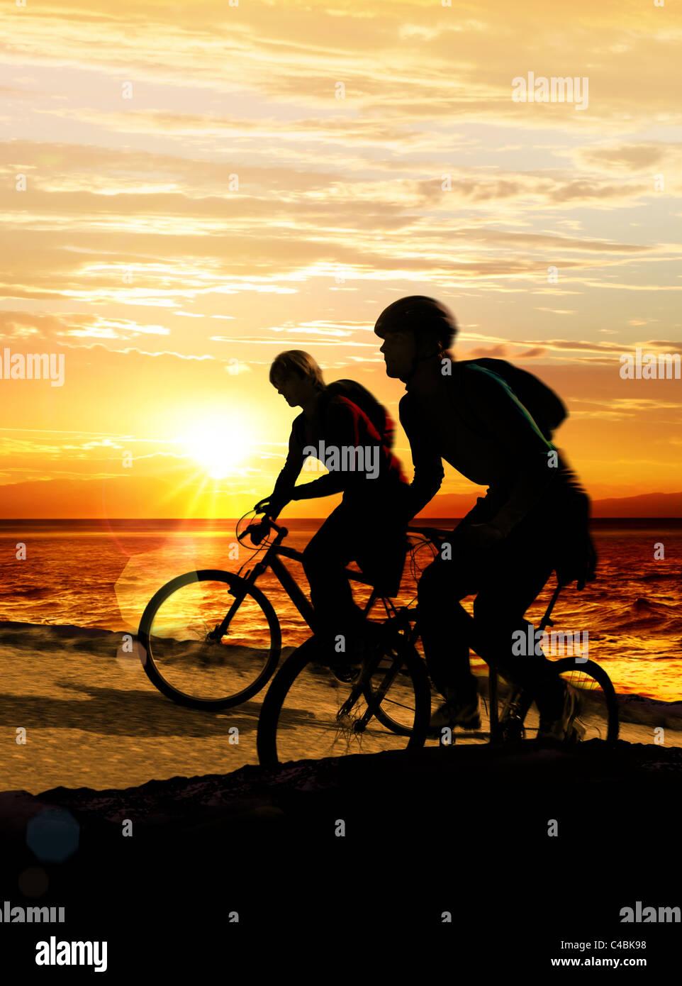 Giovane su biciclette sull orlo di una roccia vicino al mare Immagini Stock