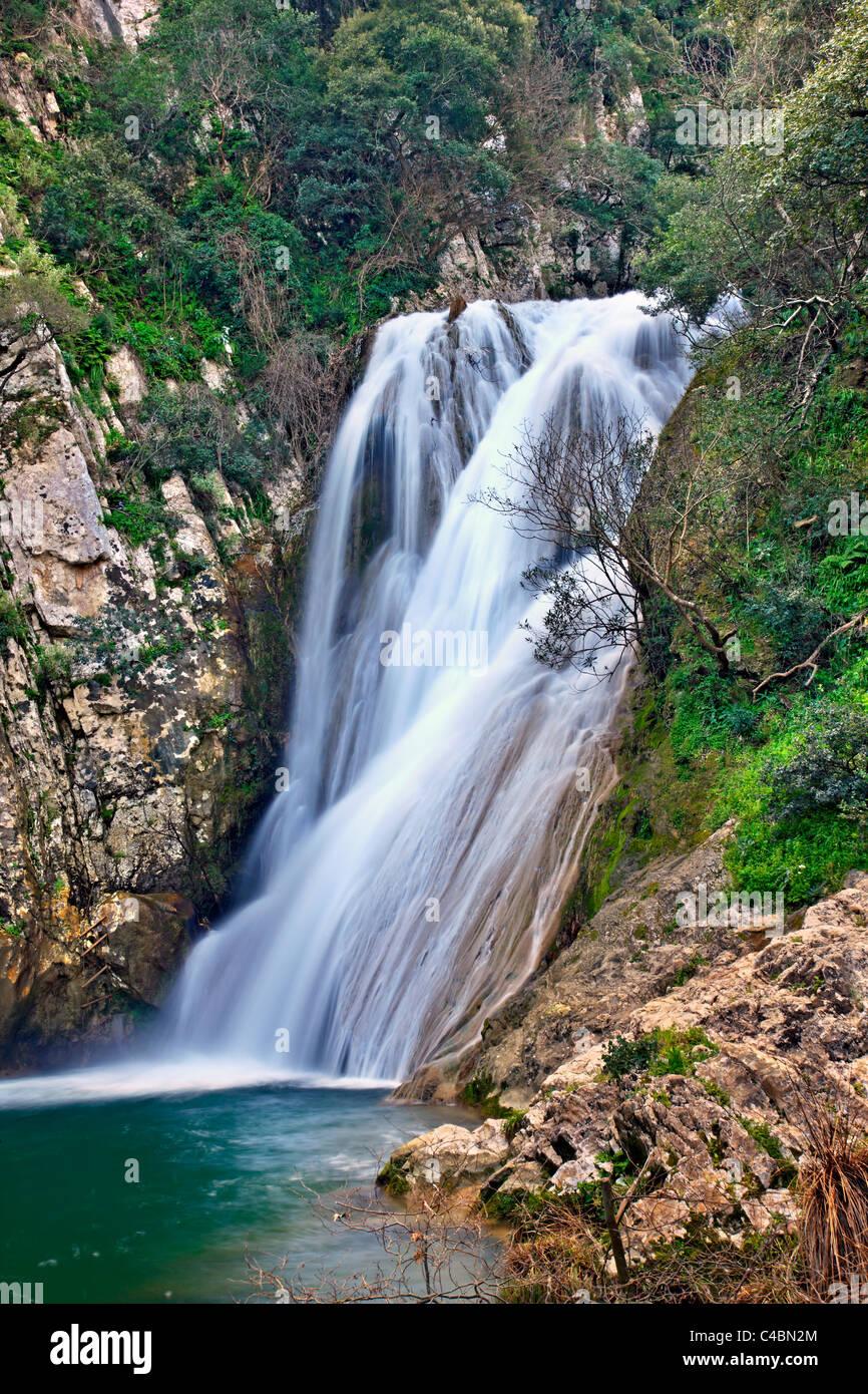 Una delle tante cascate a Polylimnio, un luogo di eccezionale bellezza naturale alla prefettura di Messinia, Peloponneso, Immagini Stock