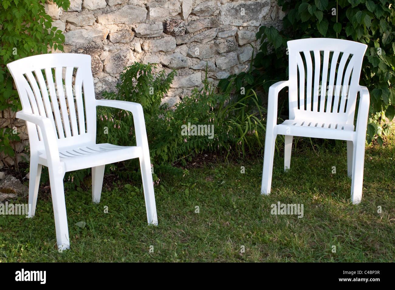 Sedie In Plastica Stock.Due Vuoti Sedie Di Plastica In Giardino Foto Immagine Stock
