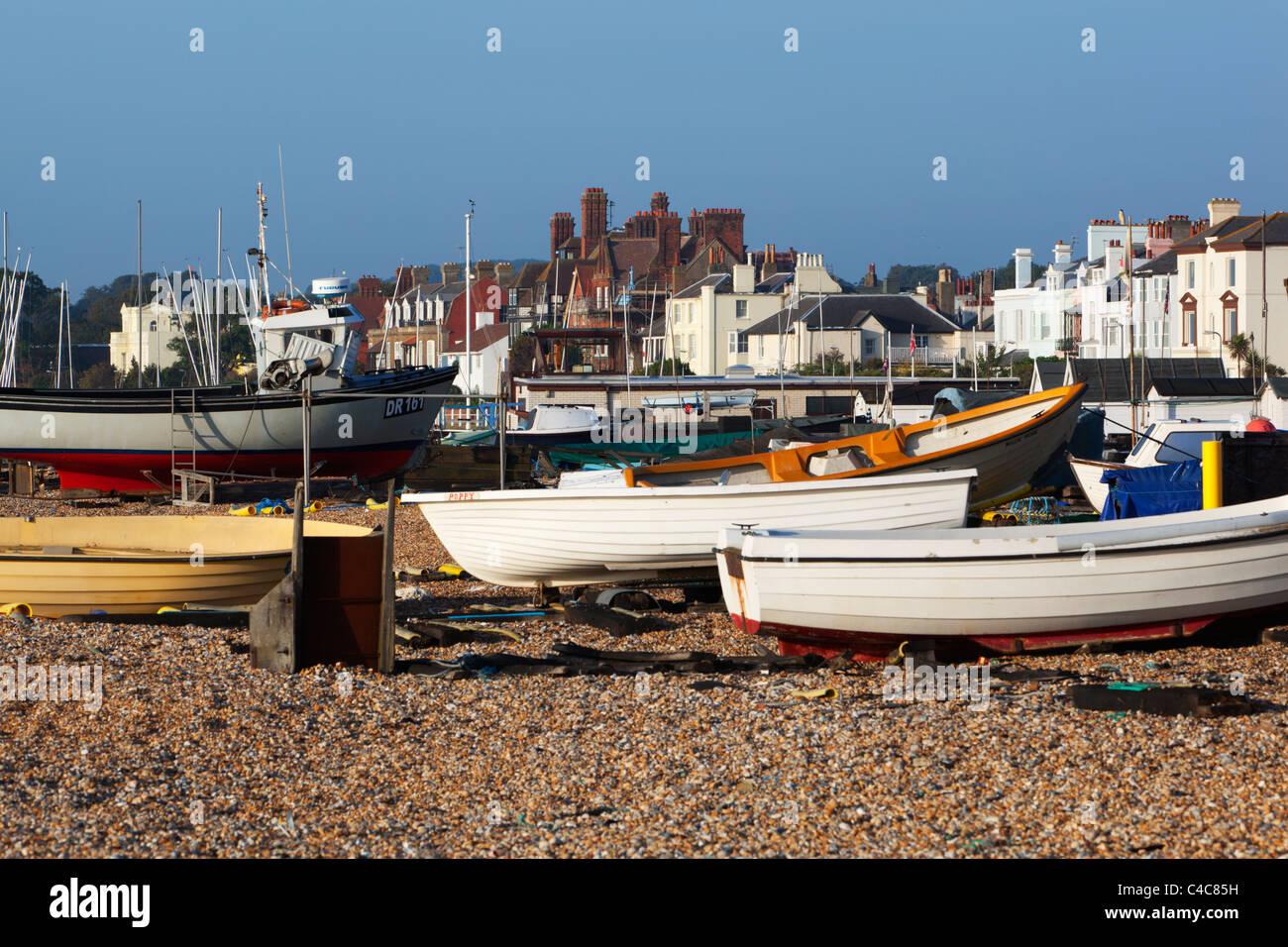 Barche di pescatori sulla spiaggia di trattativa Immagini Stock